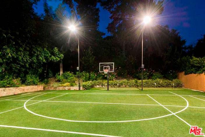Освещаемая спортивная площадка у дома в Бель-Эйр