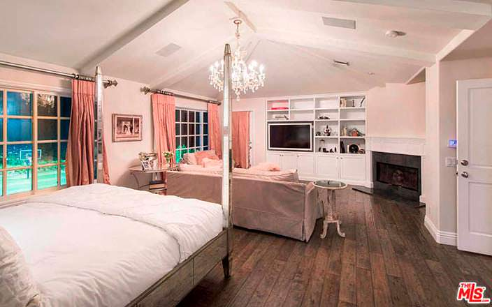 Дизайн спальни с камином и диваном