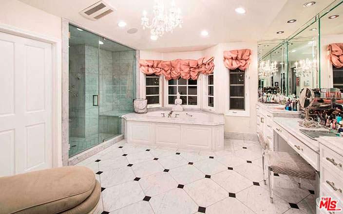 Мраморная ванная комната
