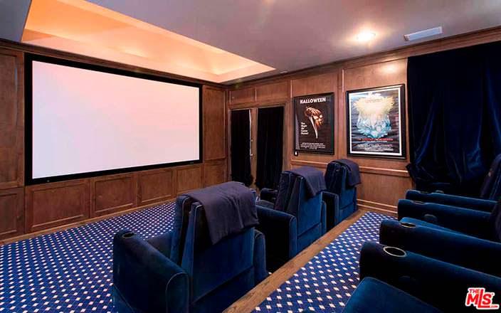 Домашний кинотеатр у Кайлы Ричардс