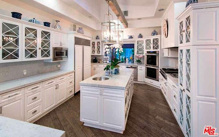 Белая кухня шеф-повара в доме в Бель-Эйр