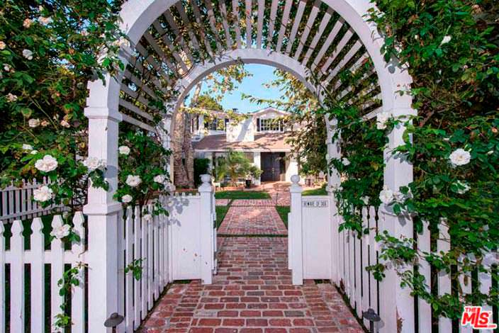 Цветочная арка в саду дома в Бель-Эйр