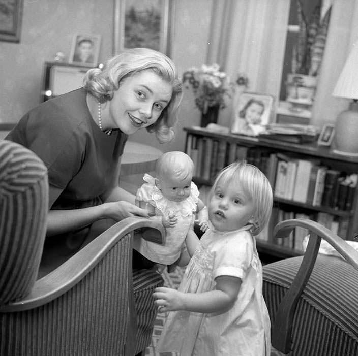 Фото Хиллеви Ромбин с детьми