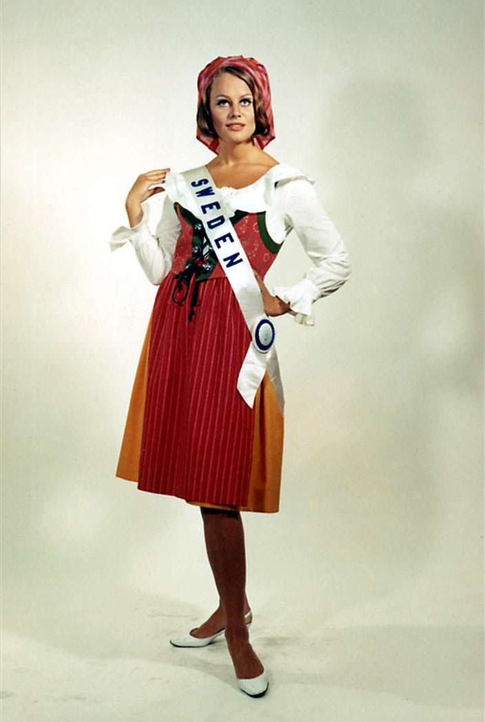 Маргарета Арвидссон в национальном костюме Швеции