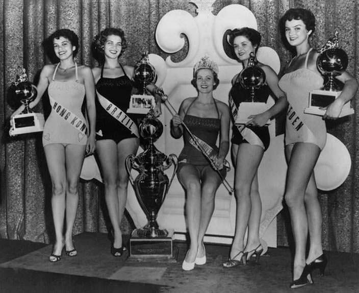 Участницы Мисс Вселенная 1954 и победительница Мириам Стивенсон
