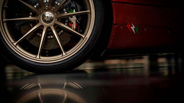 Золотистые колёса Pagani Huayra Lampo