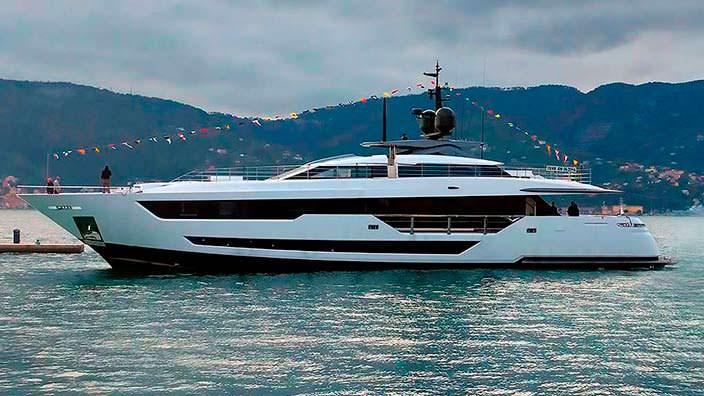 Яхта Custom Line 120 из армированного стекловолокна