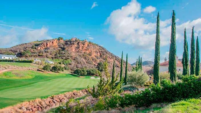 Дом рядом с полем для гольфа