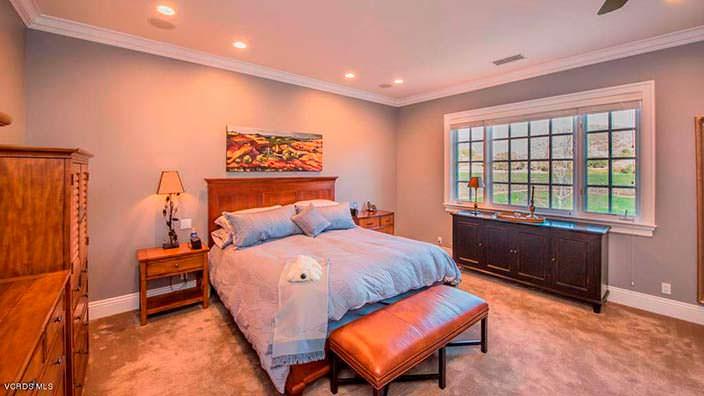 Спальня с прикроватным пуфом