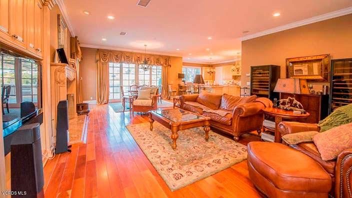 Дизайн комнаты с деревянным полом