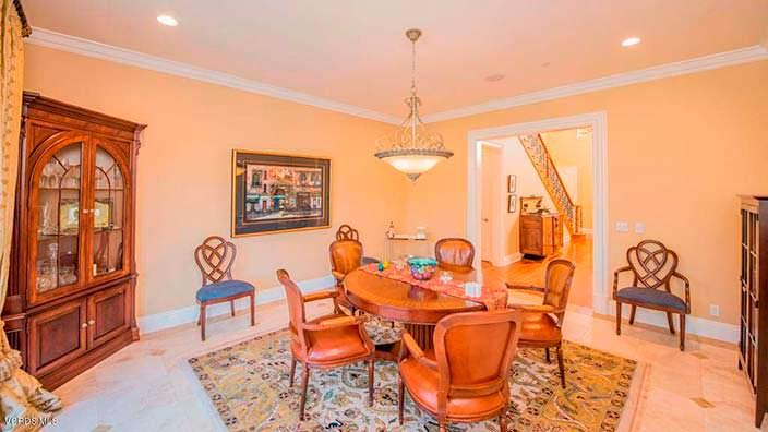 Комната с круглым столом в дизайне дома
