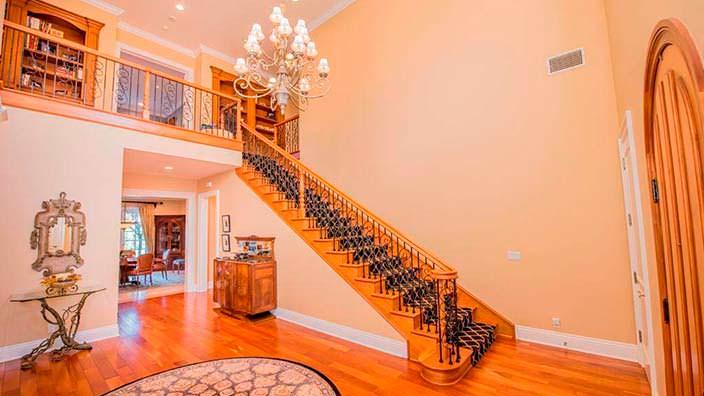 Коридор с деревянной лестницей на второй этаж
