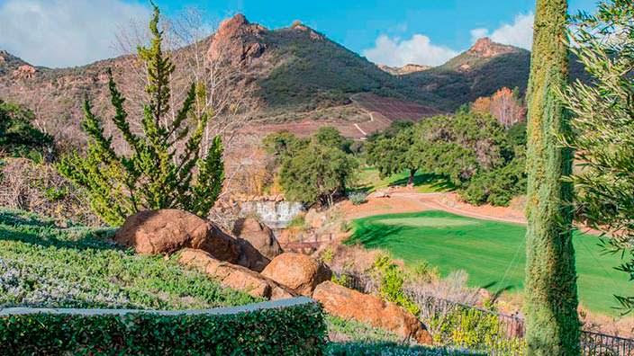 Вид на поле для гольфа и горы