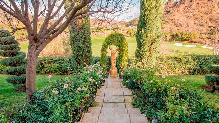 Сад в европейском стиле на заднем дворе дома