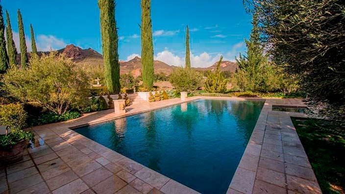 Бассейн в курортном стиле на заднем дворе дома