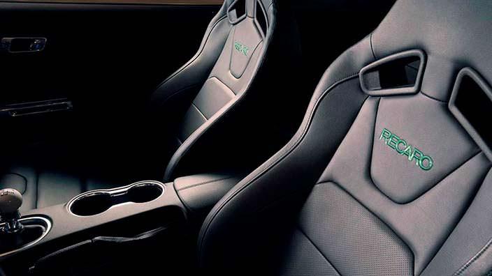 Кожаные сиденья Ricaro в салоне Ford Mustang Bullitt