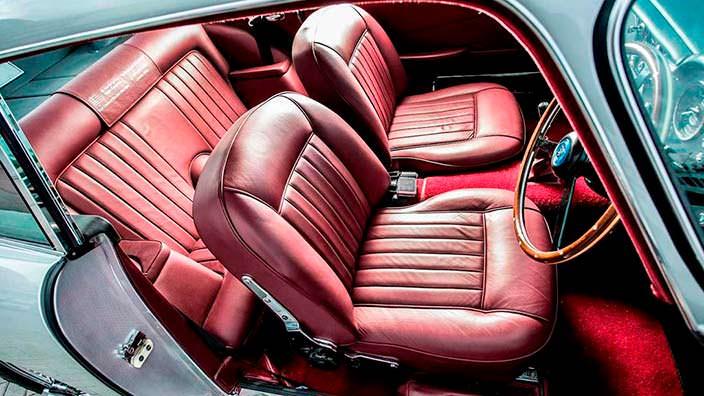 Красная кожа в салоне Aston Martin DB5 1964 года выпуска