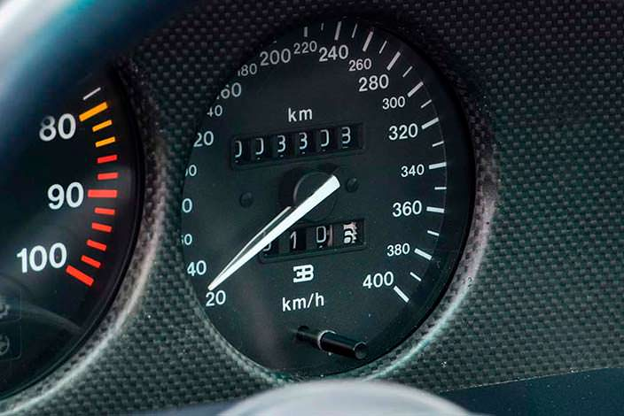 Спидометр с разметкой до 400 км/ч в Bugatti EB110 SS Prototype