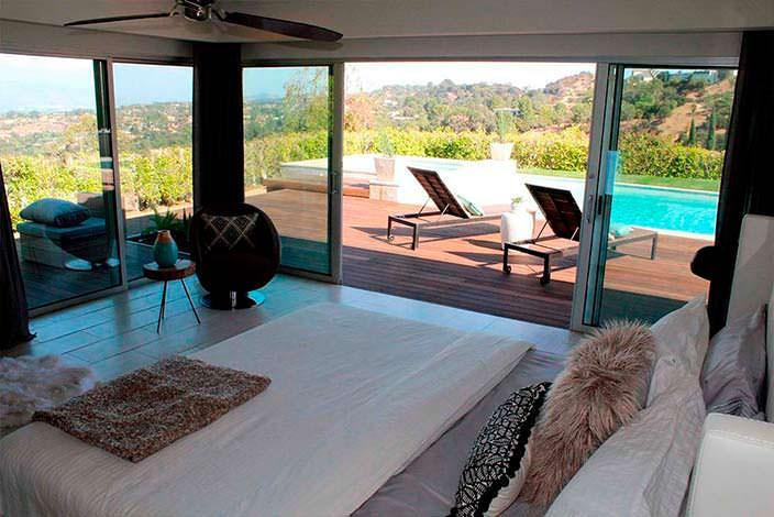 Спальня в доме с выходом к бассейну