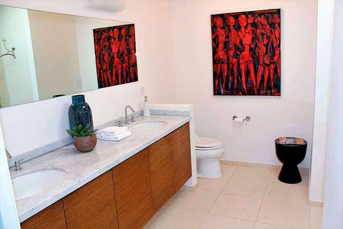 Дизайн ванной комнаты дома в Энсино