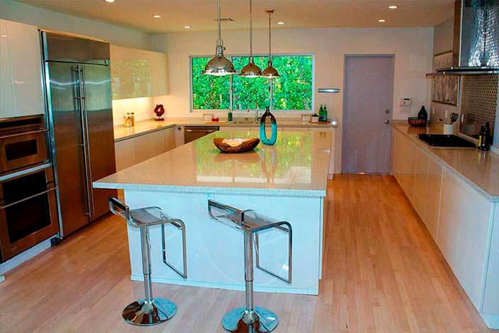 Большой остров с глянцевой столешницей на кухне
