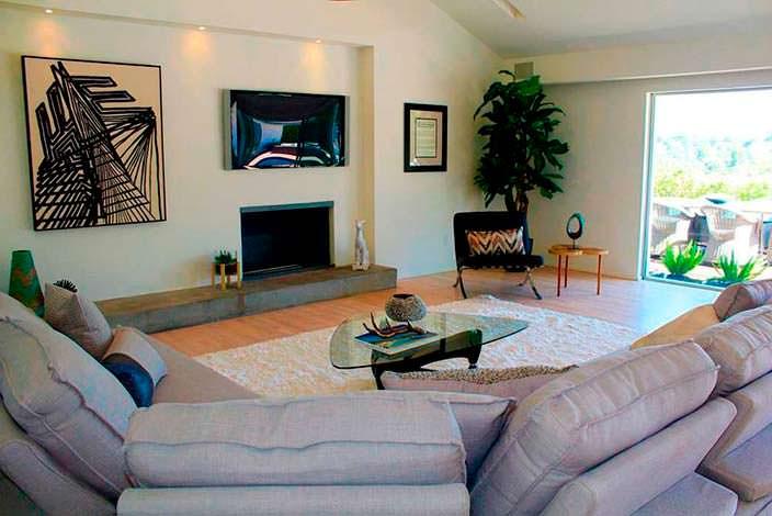 Красивый камин в дизайне гостиной