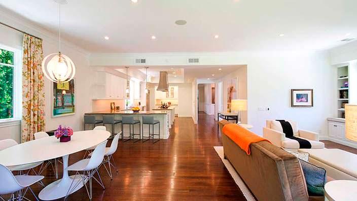 Кухня-столовая-гостиная в доме Кевина Нилона
