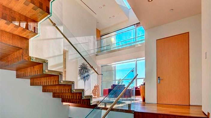 Лестница в доме со стеклянным ограждением