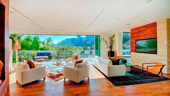 Красивый вид на Лос-Анджелес из гостиной дома