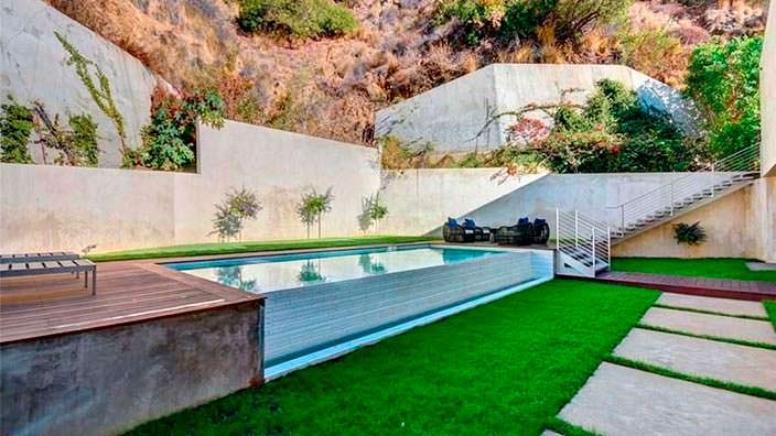 Дом с бассейном модели Кристал Хефнер