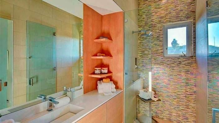Большое зеркало в ванной комнате