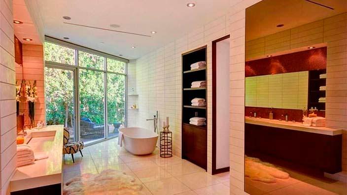 Ванная комната в доме с выходом во двор