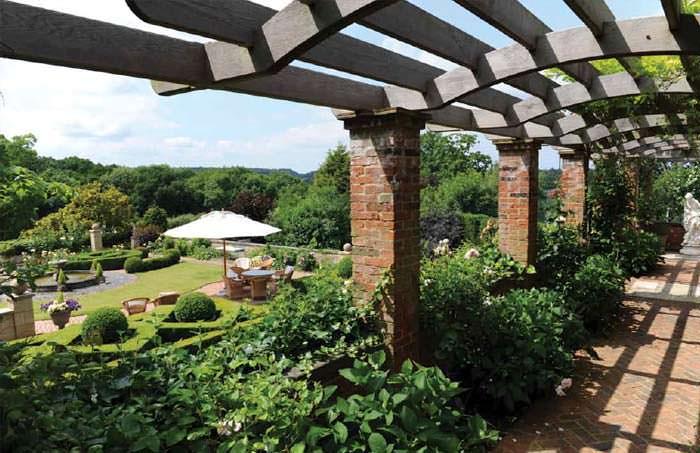 Крыльцо у дома с видом на пышный сад