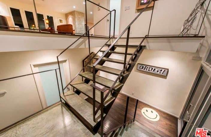 Металлическая лестница в дизайне интерьера дома