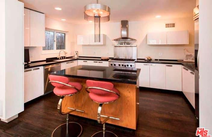 Глянцевый остров на кухне в доме Роуз Макгоуэн