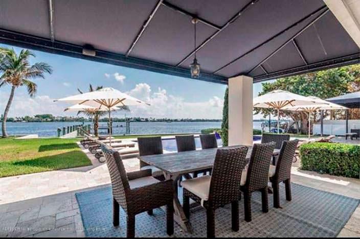 Дом с причалом на берегу во Флориде