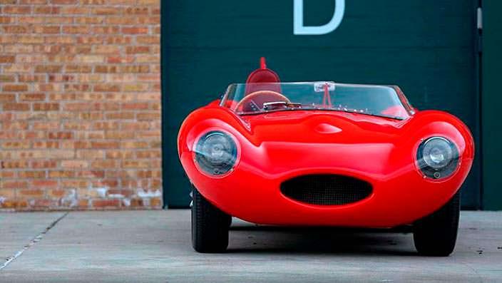 Красный Jaguar D-Type 1956 года выпуска