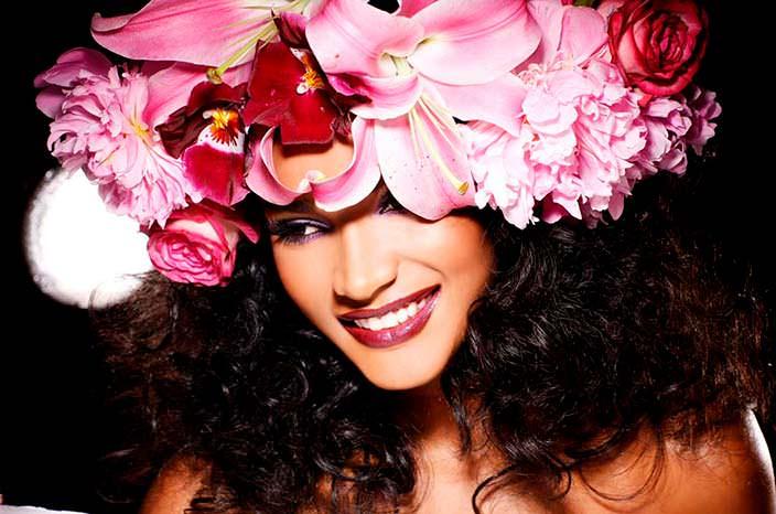 Фото | Лейла Лопес в цветочной шляпе