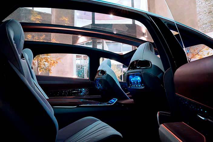 Экраны в спинках передних сидений Lexus LF-1 Limitless