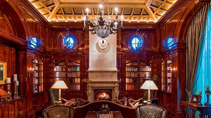 Частная библиотека в доме миллиардера Томаса Тулла