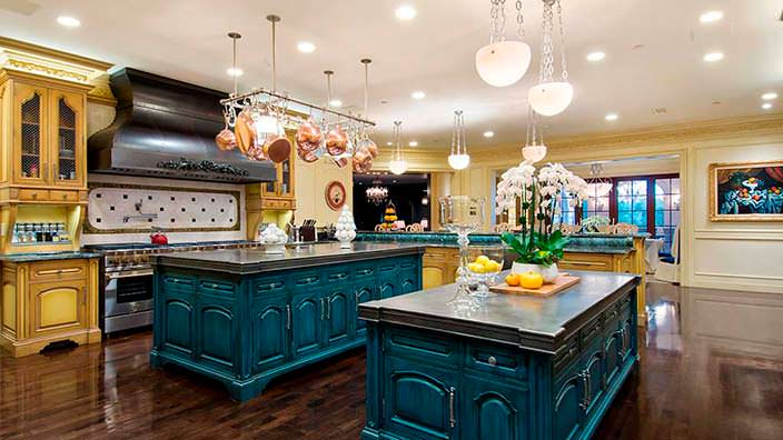 Кухня с двумя островами в доме основателя Legendary Pictures