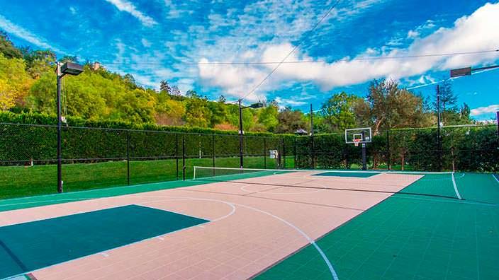 Частный теннисный корт у дома основателя Legendary Pictures