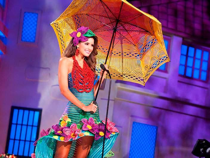 Паулина Вега в национальном костюме Колумбии