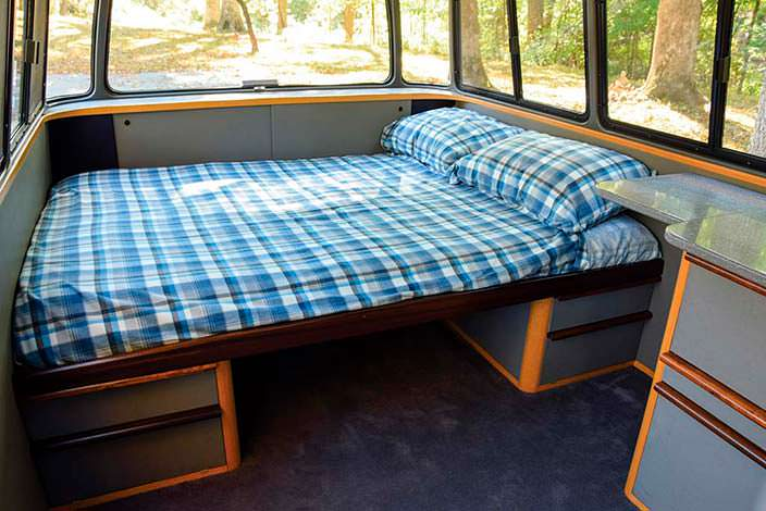 Двуспальная кровать в салоне Mercedes-Benz O 319