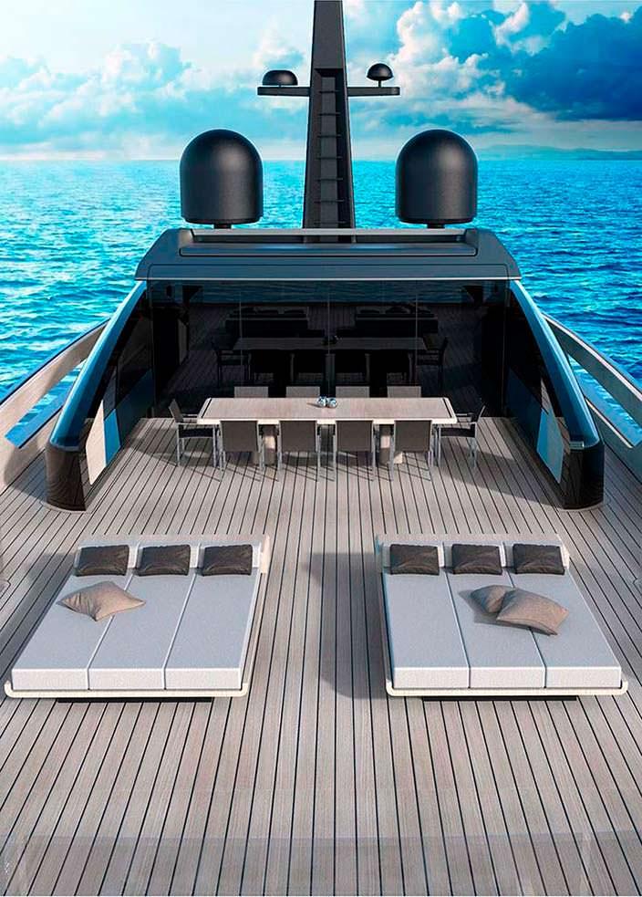 Палуба на яхте для загара и столовая под навесом
