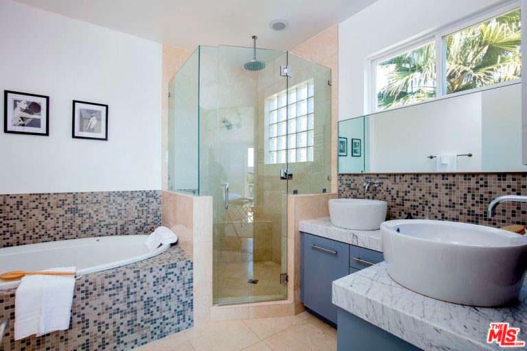 Ванная комната с раковинами-чашами из мрамора