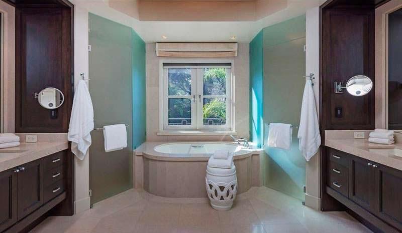 Ванная комната с раковинами для него и для нее