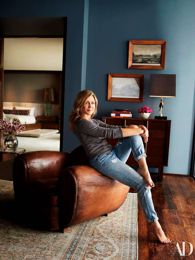 Дженнифер Энистон в своем домашнем кабинете