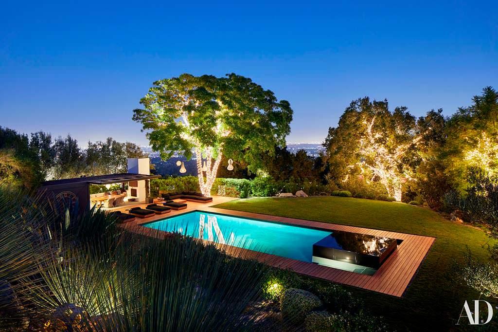 Бассейн с подсветкой на заднем дворе