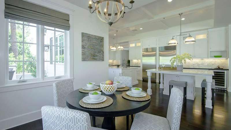 Круглый стол для завтраков на кухне